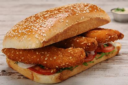 כריך קריספי צ'יקן, רצועות עוף בציפוי פריך, איולי שום, חסה קצוצה, פרוסות עגבנייה ובצל.
