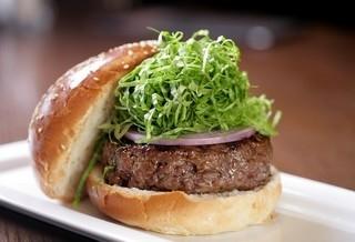 המבורג 330 גרם , חלקים מובחרים של בקר, עגל וכבש טחון, חסה, בצל, מיונז וקטשופ פלפלים.