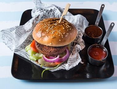 עסקית המבורגר סטנדרט, 180 גרם בשר בקר טרי, מוגש בלחמנייה עם חסה, עגבנייה, מלפפון חמוץ ובצל סגול, מוגש עם מנה ראשונה ותוספת לבחירה.