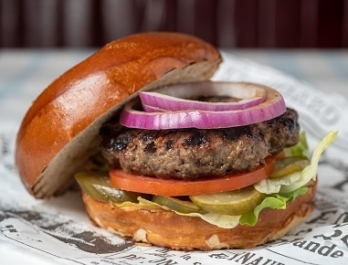 המבורגר קלאסי, חסה, עגבנייה, מלפפון חמוץ ובצל סגול.
