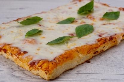 פיצה מרגריטה, רוטב עגבניות, מוצרלה ובזיליקום.כל תוספת רגילה למגש 12 ₪ / כל תוספת מיוחדת למגש 16 ₪.