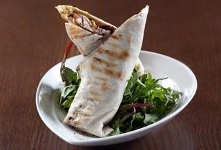 טורטייה עוף, טורטייה במילוי גוואקמולה, סלסלה,בצל מטוגן ורצועות חזה עוף.