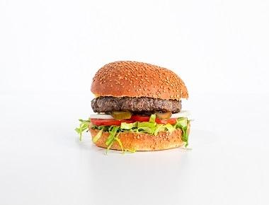 WILD בורגר - 220 גרם, מוגש בלחמניה עם חסה, עגבניה, מלפפון חמוץ ובצל.