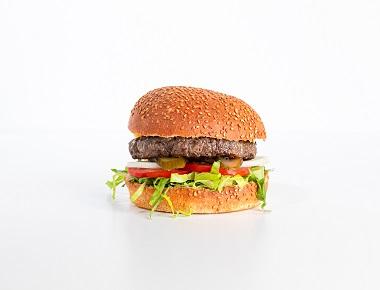 WILD בורגר גבינה - 160 גרם, מוגש בלחמניה עם חסה, עגבניה, מלפפון חמוץ ובצל.