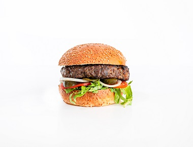 WILD בורגר גבינה - 220 גרם, מוגש בלחמניה עם חסה, עגבניה, מלפפון חמוץ ובצל.