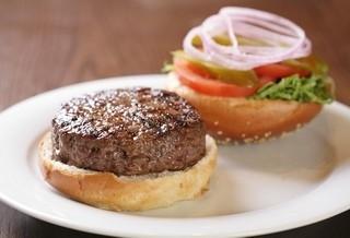 בורגר 160 גרם, המבורגר עשוי מבשר בקר טחון טרי ומובחר, בתוספת חסה, עגבנייה, בצל ומלפפון חמוץ.