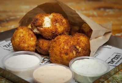 Mac & Cheese, כדורי גבינה ומקרוני מטוגנים בפאנקו ומוגשים לצד 3 סוגי איולי: בזיליקום, פלפל ושום.