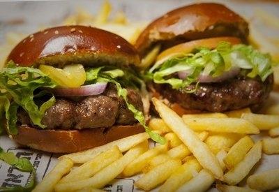 המבורגר ילדים, שתי קציצות המבורגר 80 גרם, מוגשות בשתי לחמניות מיני עם פרוסות עגבנייה, חסה ומלפפון חמוץ.