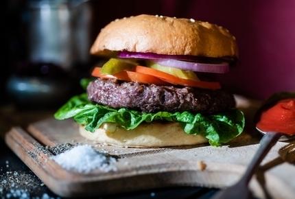 Beef Burger, המבורגר בקר עם חסה, עגבניה, בצל ומלפפון חמוץ.שדרוג ל-300 גרם בתוספת 11 ₪.