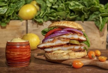 Schnizel Burger, שניצל בורגר עם חסה, עגבניה, בצל, מלפפון חמוץ ורוטב מיונז ווסאבי.