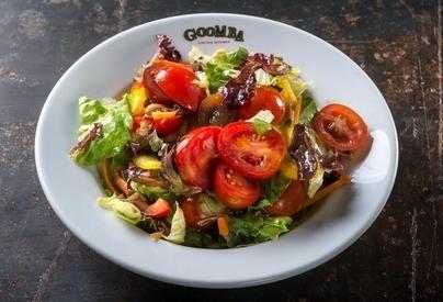 סלט מיסטה, חסה, תערובת עגבניות שרי, פלפל, צנונית, גזר, בצל ורוטב שמן זית ולימון.