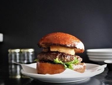 המבורגר Foie Gras, בשר בקר, נתחי כבד אווז, ריבת תאנים ביתית, מלח ים אטלנטי ועלי רוקט.