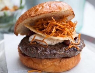המבורגר La Truffe, בשר בקר, איולי כמהין, חזה אווז מעושן, טוויל (סיגר) גבינת פרמזן וגפרורי בטטה קריספית.