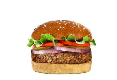 המבורגר אנגוס, המבורגר במשקל 250 גרם המוכן מנתח אנטריקוט בקר. מוגש בלחמניה עם רצועת חסה, פרוסות עגבניה בלאדי, בצל ומלפפון כבוש בהכנה ביתית.