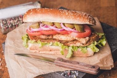 כריך עוף, סטייק חזה עוף במרינדה מוגש עם רוטב רויאל, חסה, עגבנייה, מלפפון חמוץ ובצל סגול.