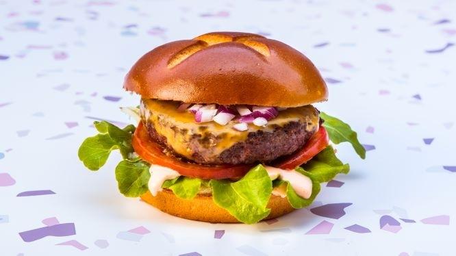 80\20 צ'דר, קציצת המבורגר עשויה 80% בקר ו- 20% צ'דר מעורבבים, מוגש עם רוטב סוסו, חסה, עגבנייה, בצל אדום וגבינת צ'דר.
