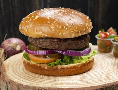 בורגר הבית 200 גרם, בורגר מנתחי בשר בקר טרי, מוגש בלחמנייה עם חסה, עגבנייה, בצל וחמוצים.