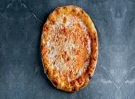 פיצה מרגריטה, רוטב עגבניות, מוצרלה מגורדת.