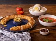 זיוה זיתים, עם 100% גבינת מוצרלה וזיתים. תוספת ביצה בפנים / בחוץ 3 ₪.