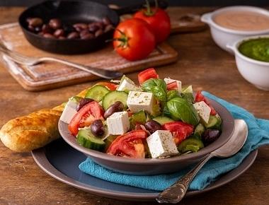 סלט יווני, חסה, עגבניה, מלפפון, תירס, זיתי קלמטה ובולגרית.