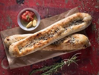 פוקאצ'ת הבית, פוקאצ'ה אפויה בתנור עצים, מוגשת לצד שמן זית, סלסת עגבניות ושום קונפי.