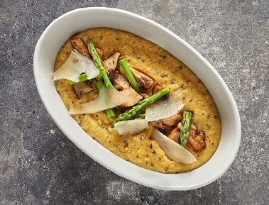 פולנטה, קרם עדין של תירס טרי, גבינת פרמז'ן, פטריות שמפיניון, פורטבלו ויער, אספרגוס חלוט, קרם כמהין ופורצ'יני.