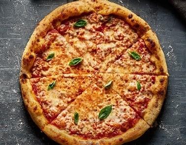 פיצה מרגריטה, רוטב עגבניות, גבינת מוצרלה ובזיליקום.ניתן להזמין תוספות לבחירה בתוספת תשלום.