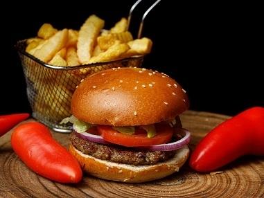 המבורגר ביג ברזיל, קציצת אנטריקוט 200 גר' בלחמניית המבורגר עם חסה, עגבנייה, בצל סגול, מלפפון חמוץ ורטבים לבחירה.