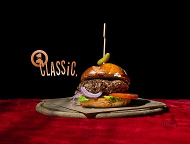 המבורגר - VH1 CLASSIC, 220 גרם קציצת בשר משובחת ועסיסית בלחמניית בריוש מתוקה, עם רוטב הבית, חסה סלנובה, עגבנייה ובצל סגול כבוש.