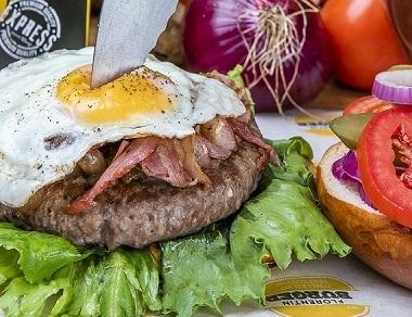 המבורגר אנגוס 220 גר', המבורגר אנגוס 220 גרם מבשר בקר מובחר, מוגש בלחמנייה עם ירקות (חסה, עגבניה, בצל סגול, מלפפון חמוץ) ורטבים לבחירה + רטבים בצד.