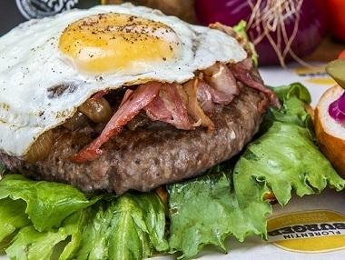 המבורגר אנגוס 160 גר', המבורגר אנגוס 160 גרם מבשר בקר מובחר, מוגש בלחמנייה עם ירקות (חסה, עגבניה, בצל סגול, מלפפון חמוץ) ורטבים לבחירה + רטבים בצד.