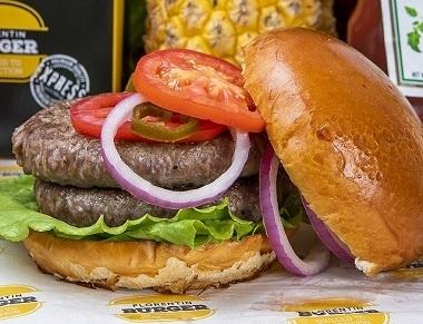 המבורגר אנטריקוט 440 גר', המבורגר אנטריקוט 440 גרם, מוגש בלחמנייה עם ירקות (חסה, עגבניה, בצל סגול, מלפפון חמוץ) ורטבים לבחירה + רטבים בצד.