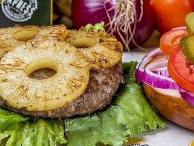 המבורגר אנטריקוט 220 גר', המבורגר אנטריקוט 220 גרם, מוגש בלחמנייה עם ירקות (חסה, עגבניה, בצל סגול, מלפפון חמוץ) ורטבים לבחירה + רטבים בצד.
