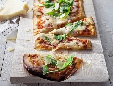 פיצה מרגריטה, רוטב עגבניות, בזיליקום וגבינת מוצרלה.