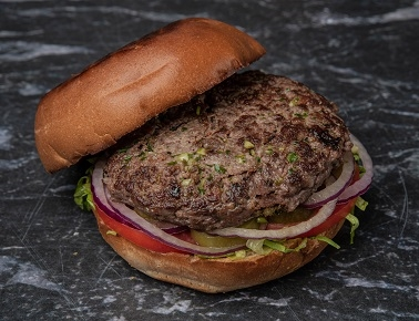המבורגר פרימיום, קציצת בקר 200 גרם בלחמניה עם חסה, עגבניה, בצל סגול, ומלפפון חמוץ.