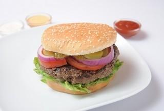 המבורגר 200 גרם, מוגש בלחמניה עם חסה, עגבניה, מלפפון חמוץ, בצל חי ובצל מטוגן.