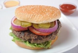 המבורגר 300 גרם, מוגש בלחמניה עם חסה, עגבניה, מלפפון חמוץ, בצל חי ובצל מטוגן.
