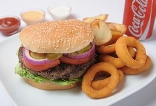ארוחת המבורגר 200 גרם, מוגש בלחמניה עם חסה, עגבניה, מלפפון חמוץ, בצל חי ובצל מטוגן.מוגש עם תוספת ושתיה