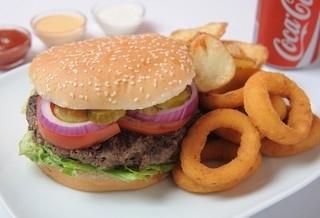 ארוחת המבורגר 300 גרם, מוגש בלחמניה עם חסה, עגבניה, מלפפון חמוץ, בצל חי ובצל מטוגן.מוגש עם תוספת ושתיה