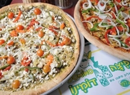 2 מגשי פיצה משפחתיים L פיצה דומינו פתח תקווה