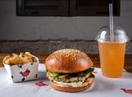 ארוחת המבורגר עוף קוקוריקו תל אביב