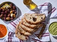 חצי כיכר לחם כפרי עם מטבלים וזיתי קלמטה קלמטה יפו